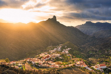 CLKAC129824 Roque Bentayga and Tejeda village at sunset. Tejeda, Las Palmas, Gran Canaria, Canary Islands, Spain