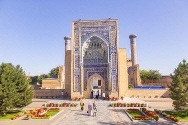 CLKGM128330 Peoples at Tamerlane, Timur, mausoleum in Samarkand. Sammarcanda, Uzbekistan, Central Asia.