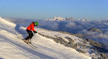 IBLMMW05106984 Female skier descending steep slope, black slope, mountains behind, SkiWelt Wilder Kaiser, Brixen im Thale, Tyrol, Austria, Europe