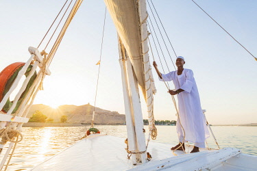 EGY1652AW Nubian sailor on his felucca boat on the Nile River, Aswan, Upper Egypt, Egypt, Africa