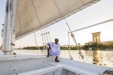 EGY1657AW Nubian sailor on his felucca boat on the Nile River, Aswan, Upper Egypt, Egypt, Africa