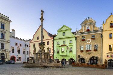 CZE2201AWRF Fountain and Plague Column at Namesti Svornosti square in historic center of Cesky Krumlov, South Bohemian Region, Czech Republic