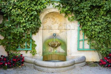CZE2172AW Little fountain on premises of Cesky Krumlov Castle and Chateau, Cesky Krumlov, South Bohemian Region, Czech Republic
