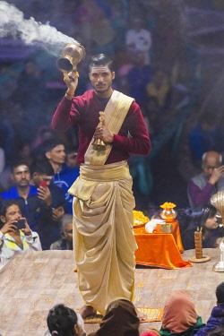 IN08568 Ganga Aarti ceremony, Dashashwamedh Ghat, Varanasi, Uttar Pradesh, India