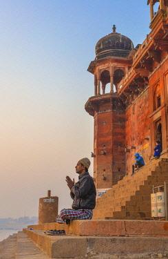 IN08569 Hinduist practicising meditation, Cityscape from Ganges, Varanasi, Uttar Pradesh, India
