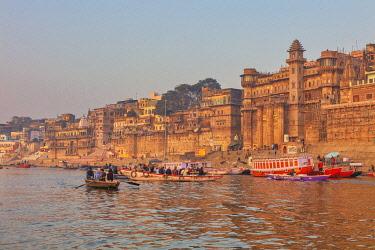 IN08570 Cityscape from Ganges, Varanasi, Uttar Pradesh, India