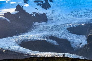 ICE42369 Couple viewing Fjallsárlón glacier lagoon