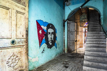CUB2352AW Che Guevara street art in an entrance of an old house in La Habana Vieja (Old Town), Havana, Cuba