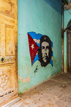 CUB2436AW Che Guevara street art in an entrance of an old house in La Habana Vieja (Old Town), Havana, Cuba