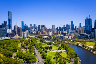 AUS4313AW Henley Reserve, Melbourne Skyline and Yarra River. Melbourne CBD, Melbourne, Victoria, Australia
