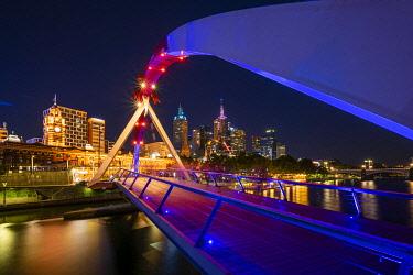 AUS4389AW Evan Walker Bridge, leading over the Yarra River to Flinders Street Station. South Bank, Melbourne, Victoria, Australia