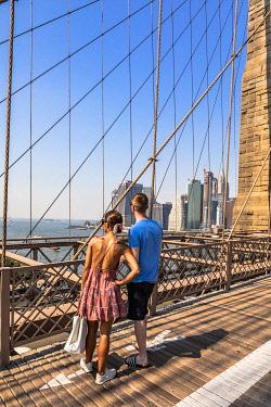 USA15559AW A couple looking at Manhattan skyline from Brooklyn Bridge, Manhattan, New York City, USA