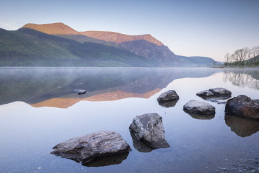 WAL7773AW Tranquil morning on Llyn Cwellyn in Snowdonia National Park, Wales, UK. Spring