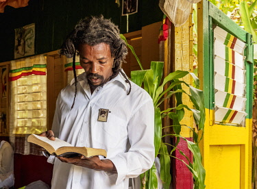 JAM0200AW Rasta Man reading Bible, Weekly Sabbath Celebration, School of Vision Temple, Rastafarian Community, Blue Mountains, Saint Andrew Parish, Jamaica