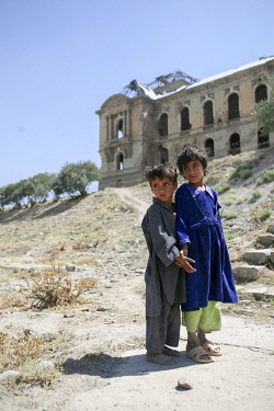AFG0016AW Children standing outside the ruins of the King�s Palace, Kabul, Afghanistan