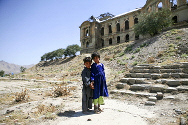 AFG0017AW Children standing outside the ruins of The King�s Palace, Kabul, Afghanistan