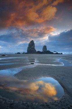 USA15682AW USA; Pacific Northwest, Oregon,  Oregon Coast, Cannon Beach, sunset on beach (m)