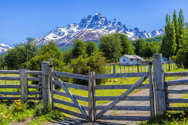 IBXGAB05783602 Gate along a dirt road and view of the Castillo mountains, Panamericana, Aysen region, Patagonia, Chile, South America