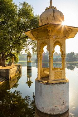 IND8629AWRF Swaroop Sagar Lake, Udaipur, Rajasthan, India, Asia,