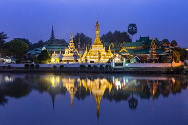 THA1611AWRF Chong Kham lake and Wat Chong Kham temple, Mae Hong Son, Northern Thailand, Thailand