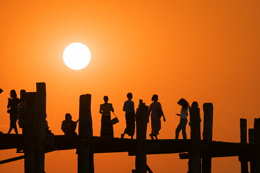 MYA2662AW People on U Bein bridge over Taungthaman Lake at sunset, Amarapura, Amarapura Township, Mandalay, Mandalay Region, Myanmar