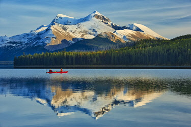 CN01BJY0280 Canada, Alberta, Jasper National Park. Fishermen on Maligne Lake.