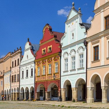 CZE2392AWRF Iconic houses with arcades and high gables at Zacharias of Hradec Square, UNESCO, Telc, Jihlava District, Vysocina Region, Czech Republic