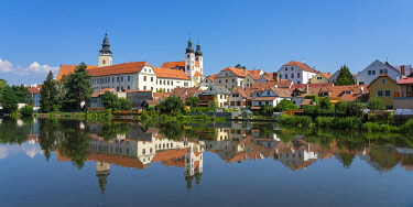Telc Chateau reflected in Ulicky pond, UNESCO, Telc, Jihlava District, Vysocina Region, Czech Republic