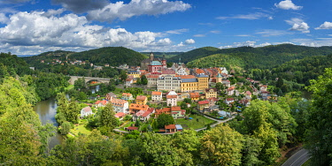 CZE2484AWRF Elevated scenic view of Loket around Ohre river, Loket, Sokolov District, Karlovy Vary Region, Bohemia, Czech Republic
