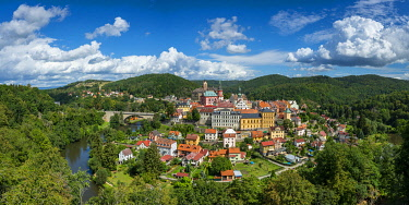 CZE2452AW Elevated scenic view of Loket around Ohre river, Loket, Sokolov District, Karlovy Vary Region, Bohemia, Czech Republic