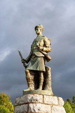 SCO35828 Scotland, Highlands, Inverary.  The War Memorial in Inverary is topped by a bronze statue of a kilted Highland Infantryman by John Kellock Brown