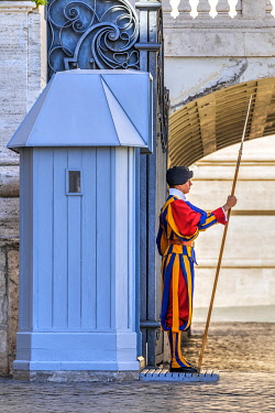 ITA16154AW A member of the Pontifical Swiss Guard with halberd, St. Peter's Basilica, Vatican City