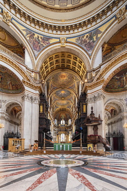 ENG18151AW Europe, UK, England, London, City of London, St. Paul�s cathedral, interior, indoors view of the nave and decorated quire, high altar, mosaics, English Baroque style, Anglican church, architect: Ch...