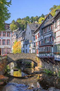GER12631AW River Rur with half-timbered houses at Monschau, Eifel, North Rhine Westphalia, Germany