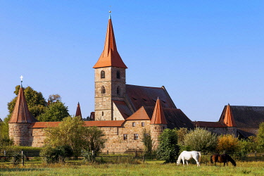 IBXNPR05883198 Church St. Georg with fortified churchyard, fortified church, Kraftshof, district of Nuremberg, garlic country, Middle Franconia, Franconia, Bavaria, Germany, Europe