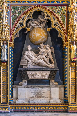 ENG18263AW Europe, UK, England, London, Westminster, Westminster Abbey, interior of the ancient Gothic Abbey and Unesco World Heritage Site, historic monument and Anglican church, monument and tomb of the scient...