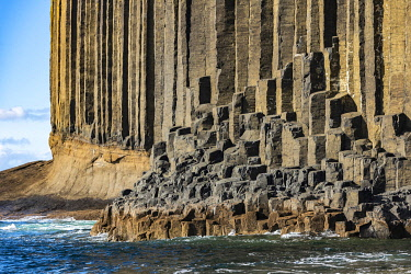 SCO35916 Scotland, Isle of Mull, Inner Hebrides, Island of Staffa, one of the finest examples of exposed basalt columns