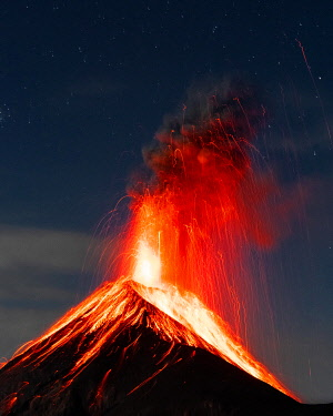 IBXLRE05880141 Glowing lava and smoke spitting volcano, volcanic eruption at night, Volcan de Fuego, Guatemala, Central America