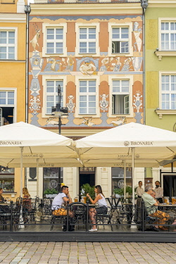 POL2841AW cafe scene, Old Market square, Poznan, Poland, Eastern Europe