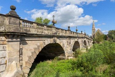 ENG18331 England, Shropshire, Shrewsbury, The English Bridge, a masonry arch viaduct, crossing the River Severn