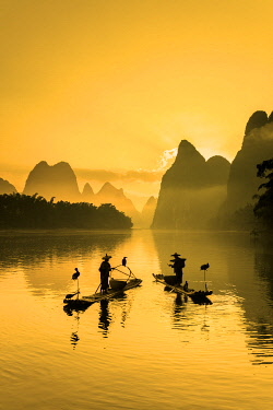 CH12545AW Cormorant fisherman throwing net on Li River at dawn, Xingping, Yangshuo, Guangxi, China