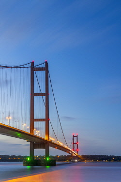 UK866RF UK, England, North Lincolnshire, Barton-upon-Humber, Humber Bridge over the Humber Estuary from the south
