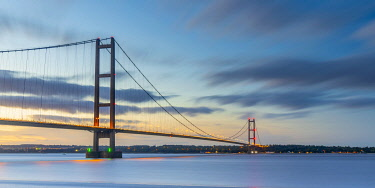 UK868RF UK, England, North Lincolnshire, Barton-upon-Humber, Humber Bridge over the Humber Estuary from the south
