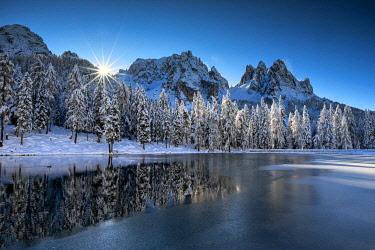ITA16596AW Sunburst behind Cadini di Misurina , Lake Antorno, Belluno Province,  Veneto, Dolomites, Italy