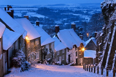 ENG18555AW Cottages on Gold Hill in winter snow, Shaftesbury, Dorset, England