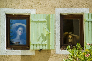 Window with mannequins, Vaison-la-Romaine, Vaucluse, Provence-Alpes-Côte d'Azur, France, Europe