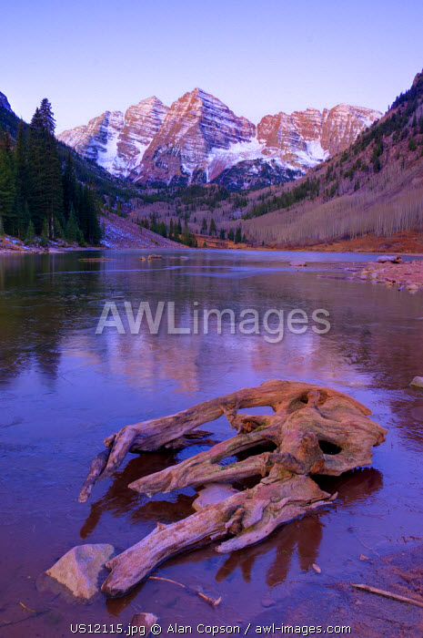 USA, Colorado, Maroon Bells Mountain reflected in Maroon Lake