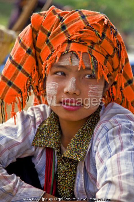 Myanmar. Burma. Lake Inle. A pretty Pa-O woman at the floating market of Ywa-ma on Lake Inle.