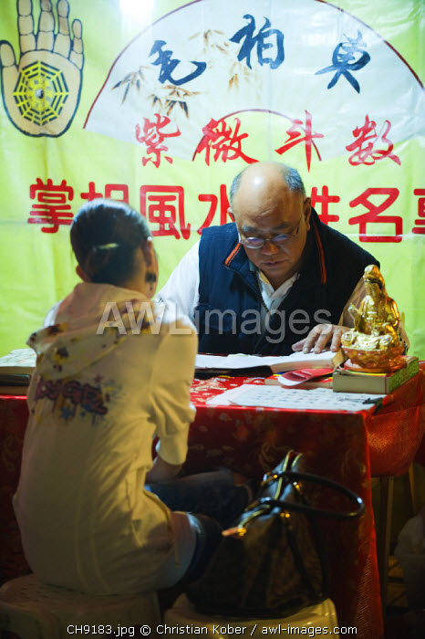 awl-images.com - China / China, Hong Kong, Kowloon, Yau Ma Tei district, Temple Street Night Market Fortune Teller