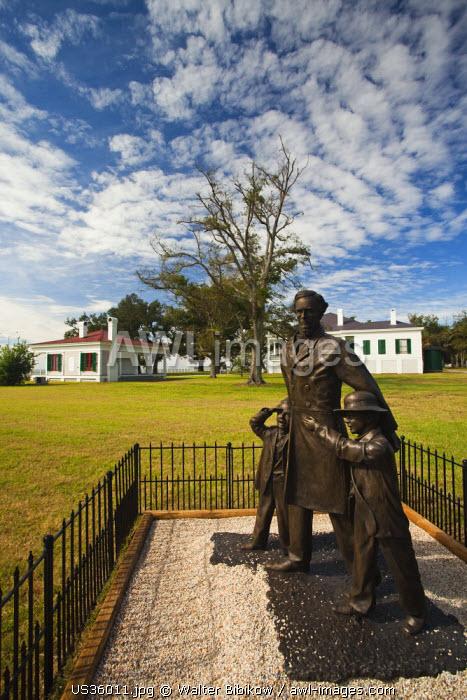 USA, Mississippi, Biloxi, Beauvoir, The Jefferson Davis Home and Presidential Library, former home of US Civil War-era Confederate President, statue of Jefferson Davis